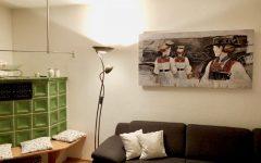 Ofen mit Sitzbank und Infrarotheizung an der Wand.